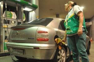 Natal 03-01-2014 Abastecimento de combustivel. FOTO:JOANA LIMA/SELECIONADAS